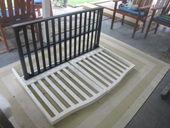 1. ベビーベッドの前後の柵を背もたれに使用し、横の柵を座席部分に活用します。