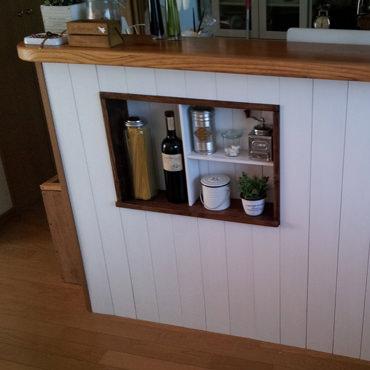 キッチンカウンターの下に飾り棚を作る