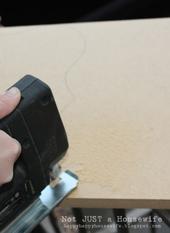 5. 内側をくり抜いた後、外側も線に合わせて電動のこぎりで切ります。