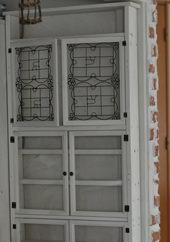 3. 一番上の扉には100円ショップのアイアンフレームを木製フォトフレームにくっつけたものを使用。