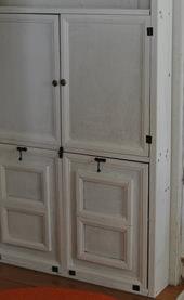 5. 下の扉には扉には100円ショップのフレームだけ使い裏にベニヤ板を張り付けたものを使用。