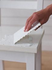 1. 接着材を椅子の座席の部分に平らに塗ります。
