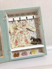 6. 飾りの服とハンガーは母が昔作ったリカちゃん人形用のものです。靴もリカちゃん用のです。(笑)引っ張りだしてきて飾ってみました。アンティークの木馬はセリアで購入したものです。