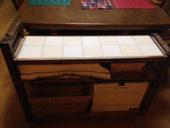 6. 下の台には食事セット(箸・小皿)のかご お菓子BOXなどを置く