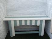 3. 自作のベンチを置いたら、芝の深緑とよく合う。