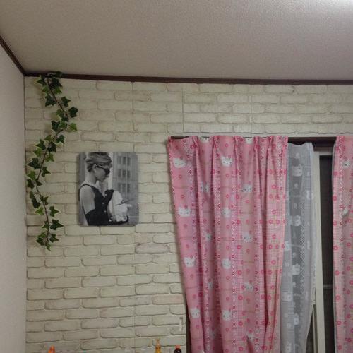 6. 壁一面貼った写真。 真ん中の四角い物体はDIYのオードリーヘップバーンのポスター時計です。 あ、カーテンは気にしないで下さい…いつかちゃんとした物に変えますので……