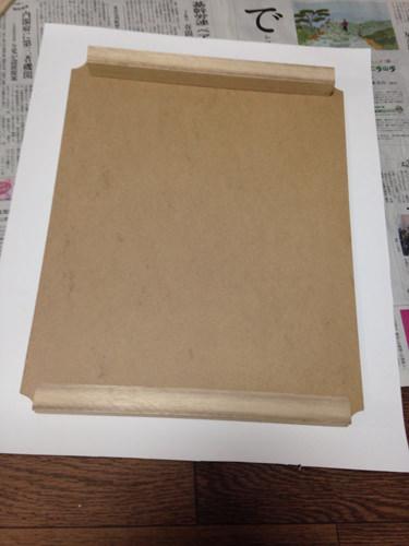 2. おおまかな説明としては、板材と角材を組んだものにポスターを貼り付け機械と針とプッシュピンを装着する手順です。