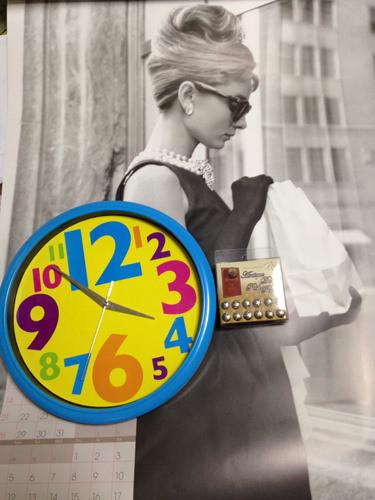 1. ポスターといらない時計、セリアで買ってきたアンティークのプッシュピンです、時計を分解して針と機械だけ取り出します。