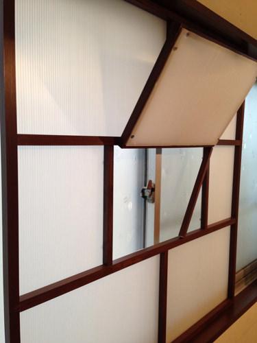 8. サッシの鍵の開閉も小窓をつけたので簡単です。