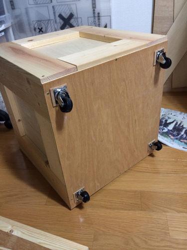 3. BOXの底面はローラーを付けて出し入れしやすい様にしました。