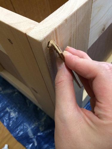 5. ビスを打ったところはくい込みぎみに打ってあります。 くい込んでへこんだ部分にウッドパテを埋めます。 そうすると、ビス穴は目立ちません。