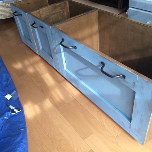 10. 正面の部分のみザックリとラフにブルーグレーを塗ります。 そのあと角などをヤスリで削ります。