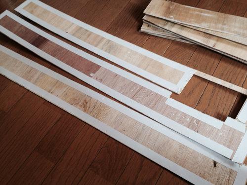5. 両面テープをしっかり貼り、壁に貼り付ける。
