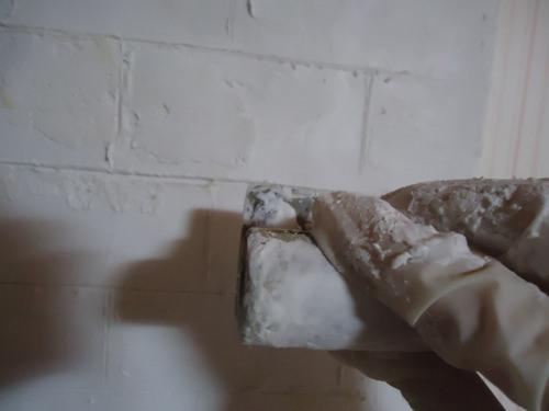 3. 今回は薄くするのが目的なので、板が透けるくらいの厚さで塗りました。心配な方は下地処理をしてください。 厚く塗ればさらにリアルに仕上がります。 定規の代わりになる木材で線を引いて、更にコテに漆喰を足して凹凸をつけていきます。