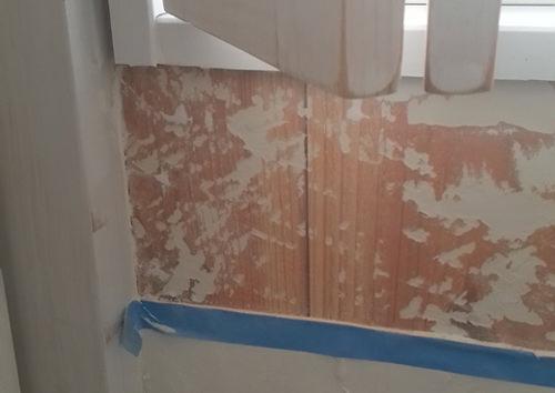 3. 手洗いを作ると言う事は、 壁に水が飛ぶと言う事でもあります。 漆喰のままでも良かったのですが、 なんとなく嫌だったので剥がします。