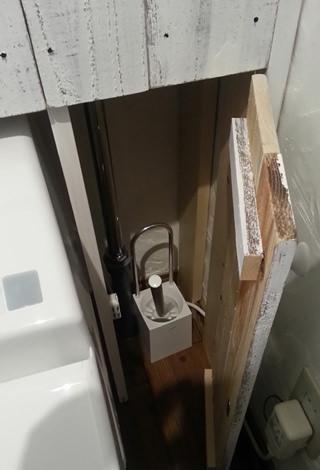 12. 板壁と本当の壁の間の無駄なスペースに 掃除用具を収納できるよう扉も作成。