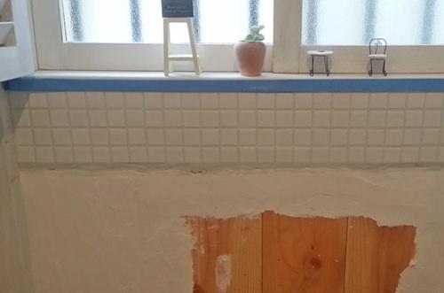 4. 漆喰を剥がした壁にモザイクタイルを貼り付けました。