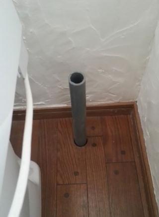 8. 床に穴を開けて新たな排水経路を確保します。 穴を開けるまではドキドキでしたが、意外に簡単だったので 少しクセになりそうな作業です。w