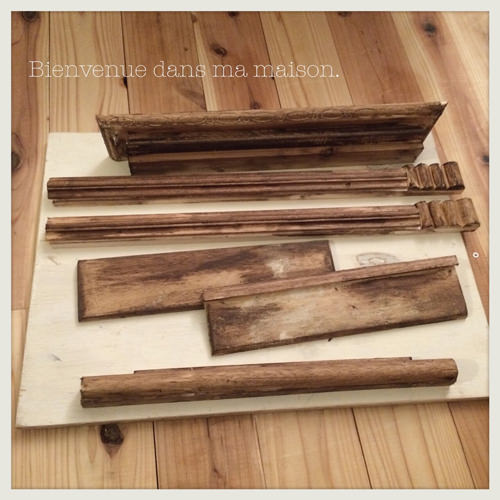 2. 木材やベニヤ板、モールド材などを使ってデザインを決めます。今回は、スノコや余っていた端材などを使いました♪ (ブライワックスを塗った後のお写真です)