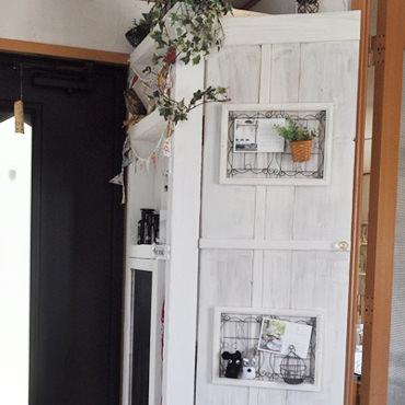 玄関にニッチ風飾り収納棚