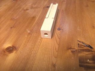 6. トップ部分のつけ根の正方形断面の部材もテープライトと配線用の溝を彫り、アルミパイプを差し込む穴をあけます。 パイプの中に配線も入ります。正確に開けるためにドリルスタンドを使っています。