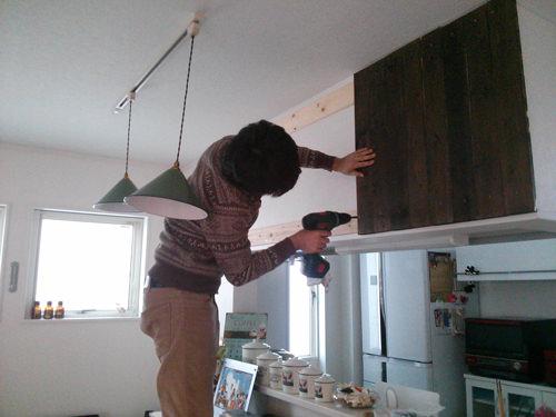 2. 横板にペイントした縦板を貼っていく
