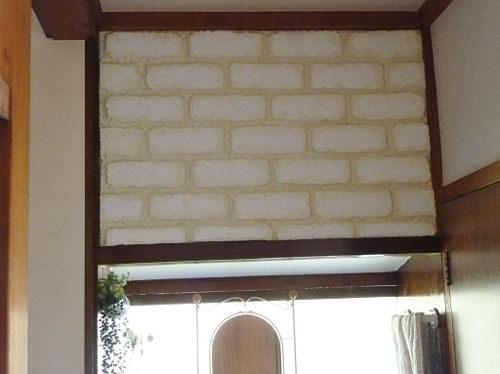2. 100均の発泡スチロール板をハンダゴテで加工し、塗料や目地剤、漆喰で風合いを出し、レンガ壁を作りました。 2枚の発泡スチロール板の境目がわからないようにするために、チューブ式目地剤で隠したりなど、工夫しました。  100均の強力両面テープで壁に貼り付けました。