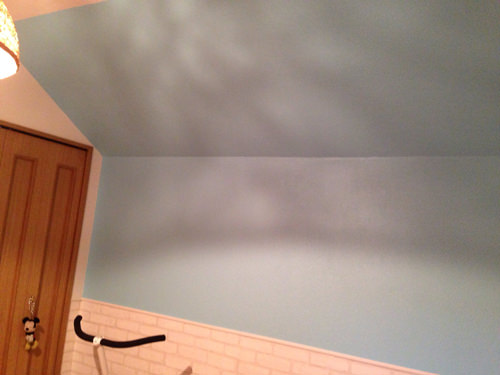 5. 壁の一部はボードペイントにしました。 こちらも壁紙に直接2度塗り。