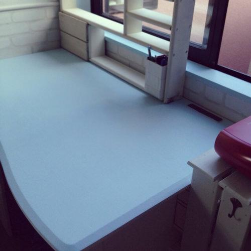 9. さらに、学習机も塗装しました。 サンドペーパーで全てヤスリ 白を塗り、天板だけ水色に塗り替えました。 シェルフも作成。