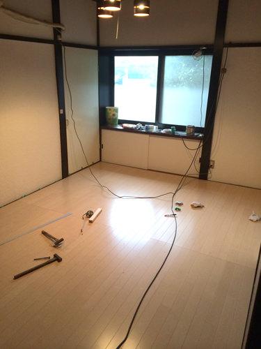 3. 家全体、部屋全体が真っ直ぐではないのでw 隅の隙間が出来てしまいましたが、diyですのでok!余った材を細くカットしてはめ込みました。 完成