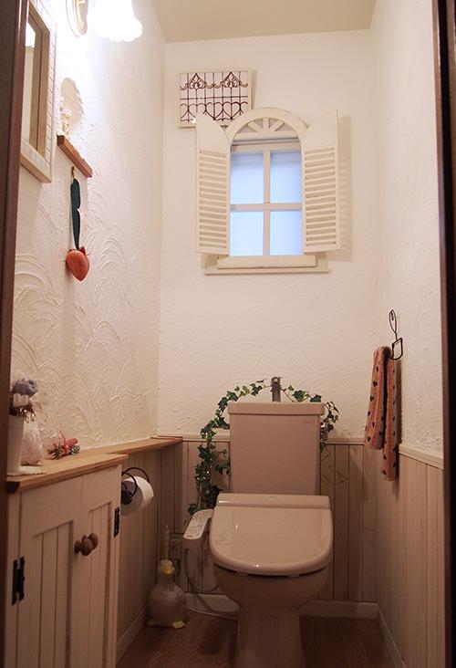 完成 漆喰壁と腰板のおかげで とても明るいトイレ空間になりました。 収納とカウンターも便利に使っています。