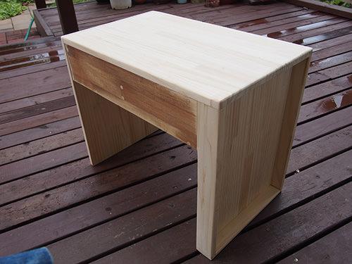 STEP.1 カットした木材を木ネジで組み立て ダボで埋めていきます。写真右側に 縁が付いているように見えるのは キャスターを付けたときに隠れるようにしてあります。