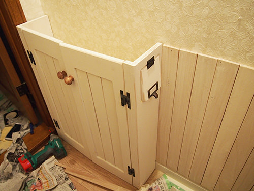 STEP.3 パイン材て作った箱型と,扉はパイン材の枠に真ん中にはすのこ板を貼って腰板と統一感を持たせた収納です。 腰板と全体を白ペンキで塗りました。