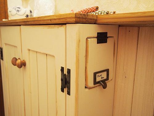 STEP.5 トイレに座ると 収納の手元側にダストボックスの扉があり ここから汚物をいれると収納内部のダストボックスに入るようになっています。