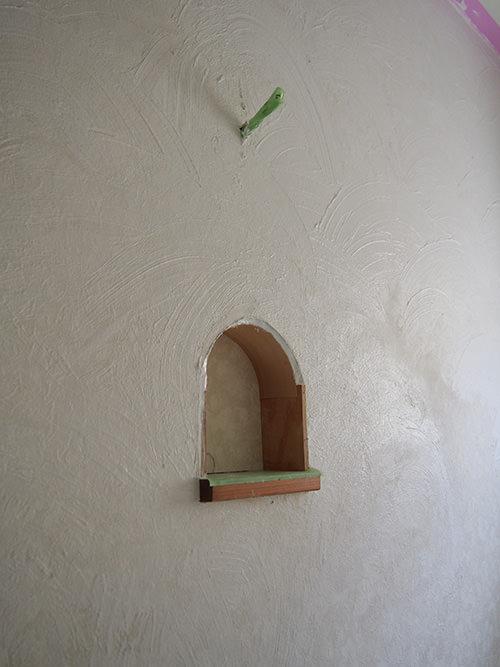 STEP.6 壁の上部に漆喰を塗るのと同時に ライトの下にニッチを作ってみました。