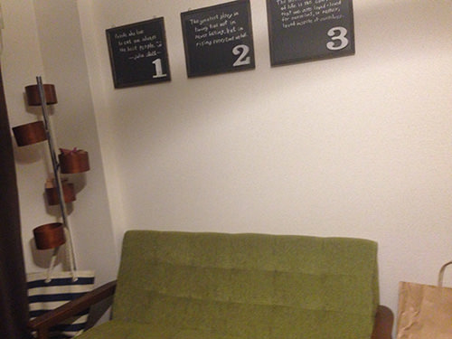 STEP.6 壁の好きな位置に フレームをかける。←先の細い画鋲を使用。