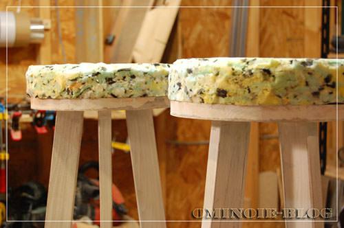 STEP.7 チップウレタンスポンジ(古くなった座椅子から再利用)を座面の大きさに合わせてカット。厚いスポンジが入手できないときは、2枚、3枚重ねで厚みを出します。 スプレーのりで、本体と接着しています。(木工ボンドでも可)
