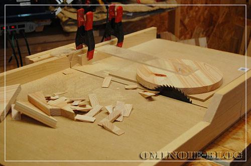 STEP.3 座面は、1x4材を3枚矧いだ板を用意して、テーブルソーを使って丸くカットします。 わざわざ板矧ぎしなくても、ある程度厚みのある集成材を用意しても良いです。丸くカットするのは糸のこ盤でも可。