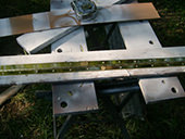 6. 釘で各箇所を固定し、全体をペイントします。蝶番を使用し、座席部分(収納ボックスのふた)を取り付けます。