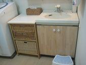 6. 洗面台の扉もパイン材に統一。