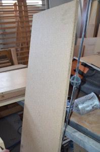1. まず、パーティクルボードをカラーボックスのサイズに切ります。次に、フォームをきっちりと板のサイズに裁断します。