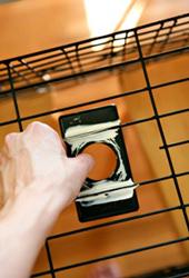 4. 粘着力の強い接着剤でバスケットの内側にメタルカバーを取り付けます。