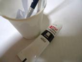 3. 少しのペンキでいいなら紙コップがお勧め。 そのまま捨てられるし、 筆は乾かないうちならボロ布で挟むように吸い取れば、水を汚さずにすむ。