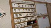 1. 端材で万年カレンダー<br />磁石を付けました。<br />角材でしきり