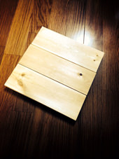 2. 木材を木工用ボンドで接着します。 座るところはパイプで支えられるので、接着はボンドだけで大丈夫だと思います。
