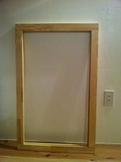 2. 集成材をカットし、扉のベースとなる枠を作ります。