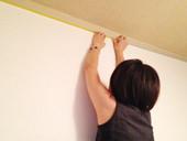 1. 部屋のモールディング部分に塗料が付かないように、マスキングテープで保護していきます。