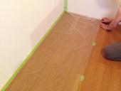 3. 床に塗料が付かないように、マスカーを使って床を養生します。