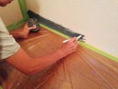 5. 最初に壁の際の方を、モールディングに付かないように刷毛で丁寧に塗っていきます。