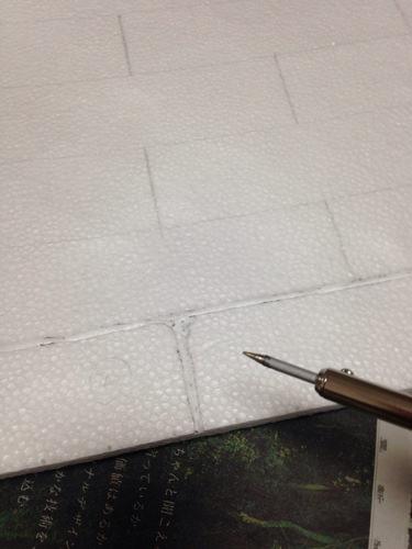 2. 引いた線の上を温めたはんだごてで溶かしていきます。 角を丸めたり線を太くしたりしてレンガっぽさをイメージしてみました。 この時凄まじい有害物質の臭いがします。 真冬の中(当時)窓全開にして作業しました。(笑)